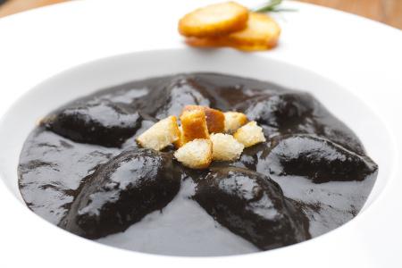 squid cooked in its ink (chipirón, calamar)